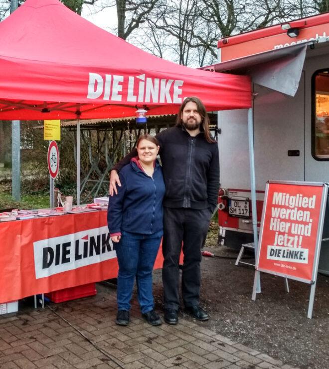 Christian Suhr und Hilke Hochheiden auf dem LINKE-Infostand in Hude
